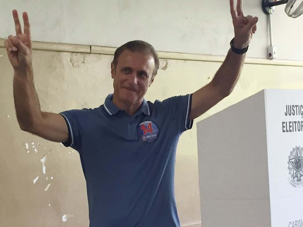 Candidato Nelson Bugalho (PTB) votou na manhã deste domingo (2) (Foto: Mariane Peres/G1)
