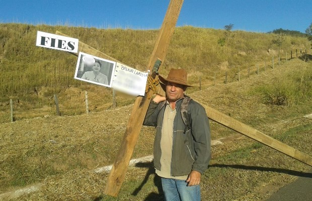 Francisco carrega cruz de 60 kg por 95 km em protesto contra o Fies (Foto: Arquivo pessoal)
