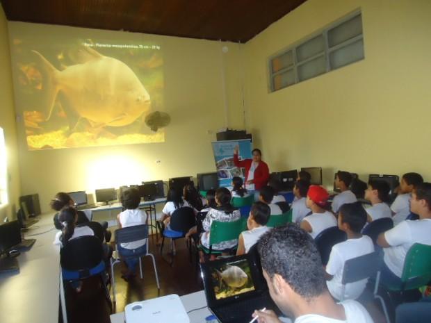 Instrutores do Projeto Bichos do Pantanal em aula de educação ambiental nas escolas públicas de Cáceres, no Mato Grosso (Foto: Divulgação/ Projeto Bichos do Pantanal)