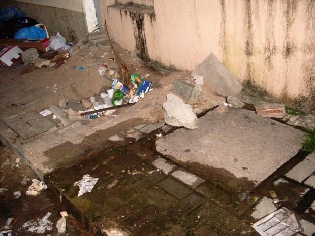 Internauta flagou esgoto estourado no Centro de João Pessoa (Foto: Simone Firmino Pereira/VC no G1)