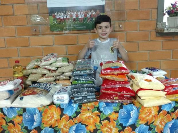 Leonardo Zuanazzi arrecadou alimentos não-perecíveis na festa de aniversário (Foto: Eloir Zuanazzi/Divulgação)