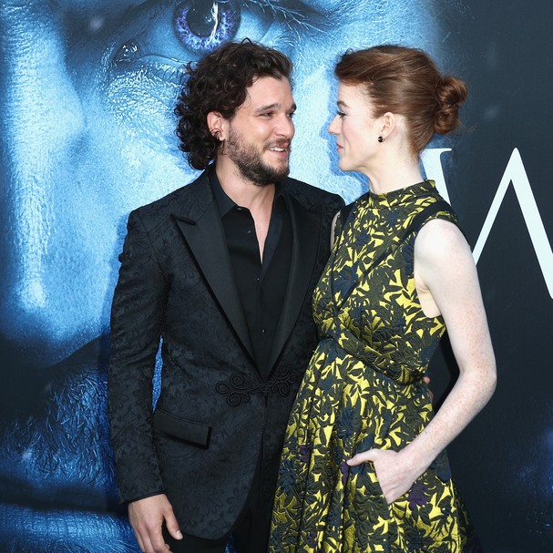 Casal anunciou o noivado para os familiares e amigos (Foto: Getty Images)