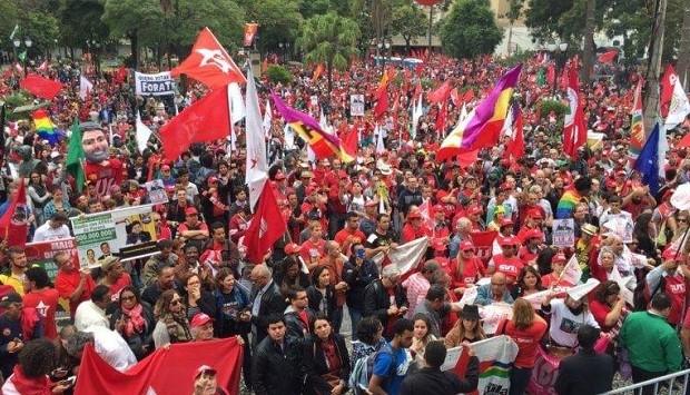 Militantes do PT no centro Curitiba em apoio ao ex-presidente Lula (Foto: Reprodução Facebook/PT)