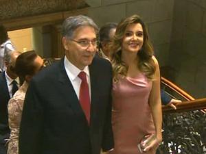 Pimentel ao lado da noiva e agora primeira-dama, a jornalista Carolina Oliveira (Foto: Reprodução/Rede Minas)