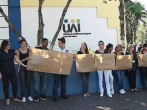 Profissionais da UAI Tibery protestam sobre processo da Fundasus em MG (Foto: Reprodução/TV Integração)