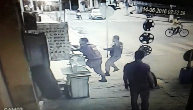 Vídeo mostra ação de dois policiais militares (Foto: Reprodução/Inter TV Cabugi)