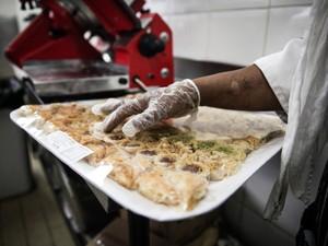 Doces árabes são comprados fora no dia do Eid al-Fitr na Sociedade Beneficente Muçulmana. A cozinha toma conta da produção de milhares de salgados, como coxinhas, quibes, esfihas e sanduíches (Foto: Fábio Tito/G1)