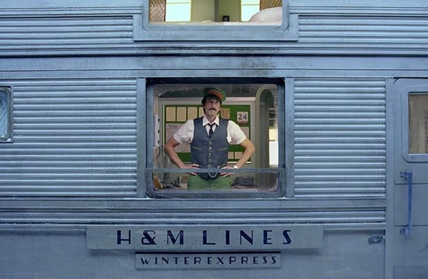 Adrien Brody na campanha da H&M dirigida por Wes Anderson (Foto: Reprodução/Youtube)