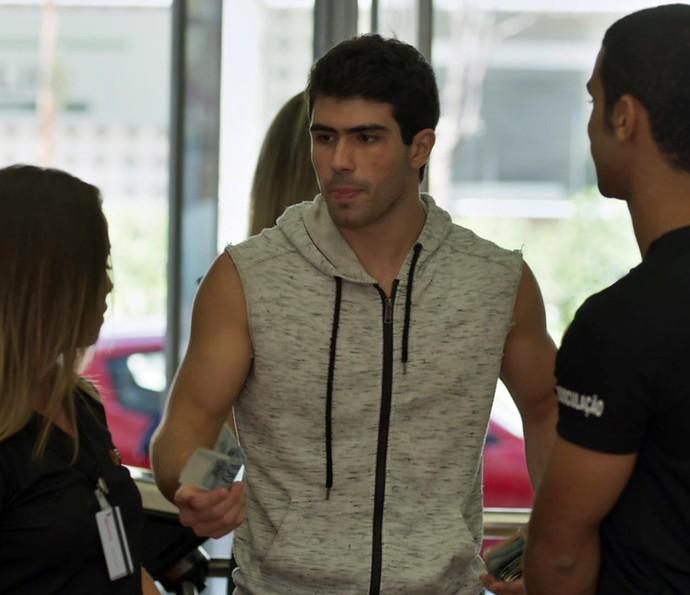 Jéssica e Belloto ficam surpresos com a quantidade de grana que Rômulo conseguiu e com os machucados no rosto (Foto: TV Globo)