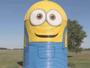 Casal de fazendeiros transforma silo em Minion gigante nos EUA