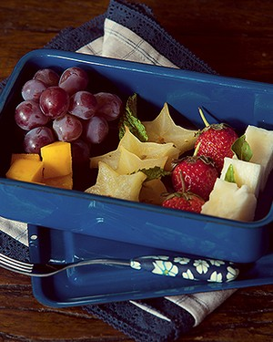 Adultos e crianças vão adorar a salada de frutas com calda de mel. Marmita e pano Lá da Venda, garfo Empório Carol Martini (Foto: Cacá Bratke)