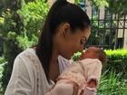Mônica Carvalho posta foto muito fofa com a filha recém-nascida