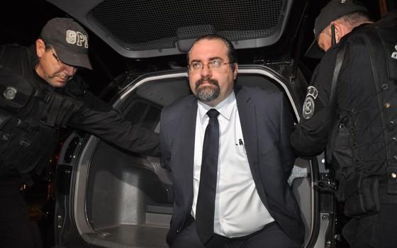 O advogado Maurício Dal Agnol AO SER PRESO,2014 (Foto: Agência RBS)