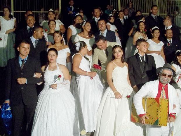 Cerimônia tradicional no 'Maior São João do Mundo' reuniu 100 casais na Pirâmide do Parque do Povo (Foto: Rafael Melo/G1)