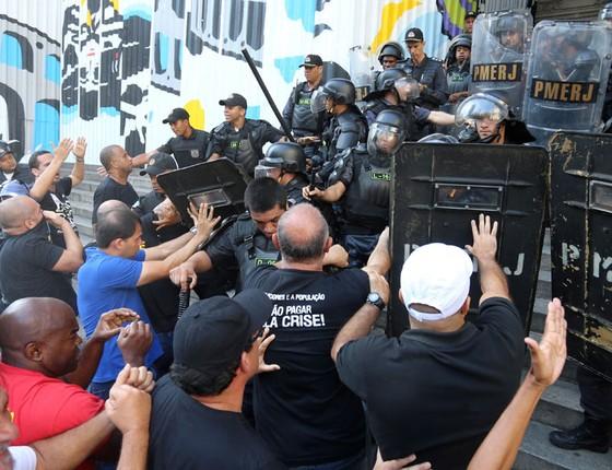 Servidores tentam invadir a Assembléia no Rio.Na penúria,ninguém quer pagar a conta pela gastança (Foto: Marcelo Theobald/Extra/Agência O Globo)