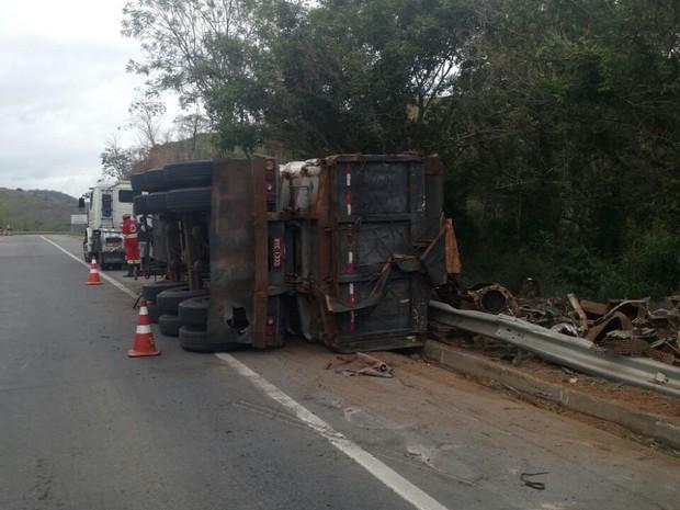 Carreta tombou na BR-393, na altura do bairro Moura Brasil, em Três Rios (Foto: Corpo de Bombeiros/Divulgação)