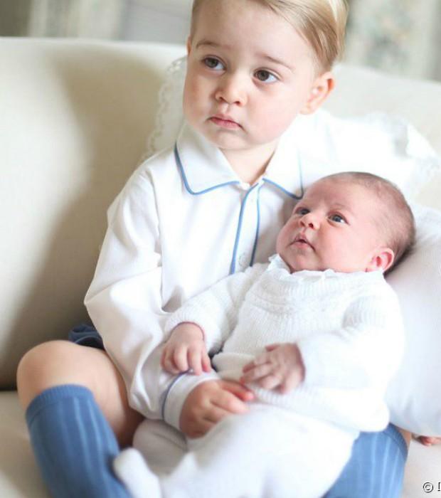Príncipe George com a então recém-nascida Charlotte (Foto: Reprodução/Kensington Royal/Instagram)