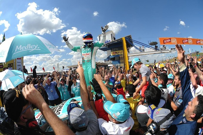 Rubens Barrichello festeja vitória em cima do carro (Foto: Duda Bairros Fotografia Ltda)