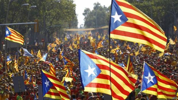 Bandeiras catalãs - as Esteladas - pontuam multidão em celebração do Dia Nacional catalão, em 11/9  (Foto: AFP)