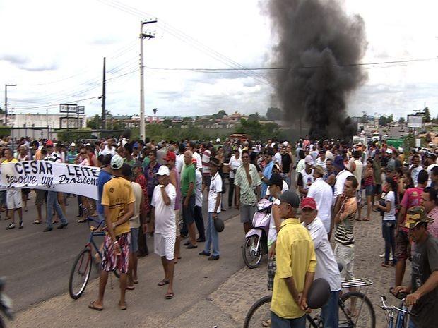 Comerciantes protestaram na frente do Fórum da cidade (Foto: Reprodução TV Sergipe)
