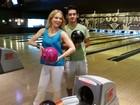 Angélica e David Lucas se divertem em partida de boliche no Rio