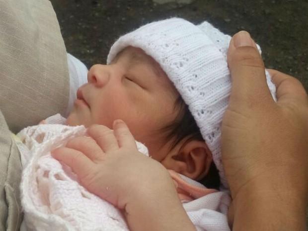 Menina recém-nascida foi encontrada dentro de saco plástico em Jequié (Foto: Divulgação / PM)