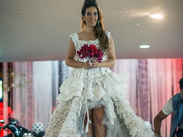 Vestido de noiva feito com rolos de papel higiênico e TNT no DF (Foto: Rodrigo Rodrigues/Divulgação)