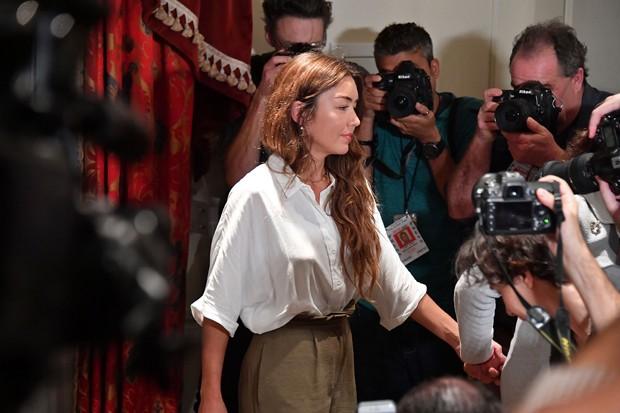 A assistente de produção Mimi Haleyi comparece a conferência de imprensa onde anunciou ter sido vítima de assédio (Foto: Mike Coppola/Getty Images)
