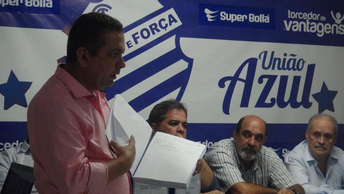 Presidente do conselho fiscal explica contas do CSA na gestão Roberto Mendes em 2014 (Foto: Denison Roma / GloboEsporte.com)
