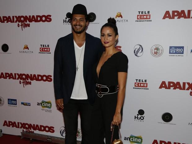 Raphael Viana e Nanda Costa em pré-estreia de filme na Zona Sul do Rio (Foto: Ag. News)