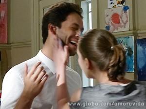 Brincando, os dois se pintam todos! (Foto: Amor à Vida / TV Globo)