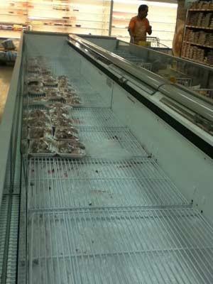 População tem dificuldade para comprar frango inteiro e pelo preço de tabela (Foto: Paula Ramón/G1)