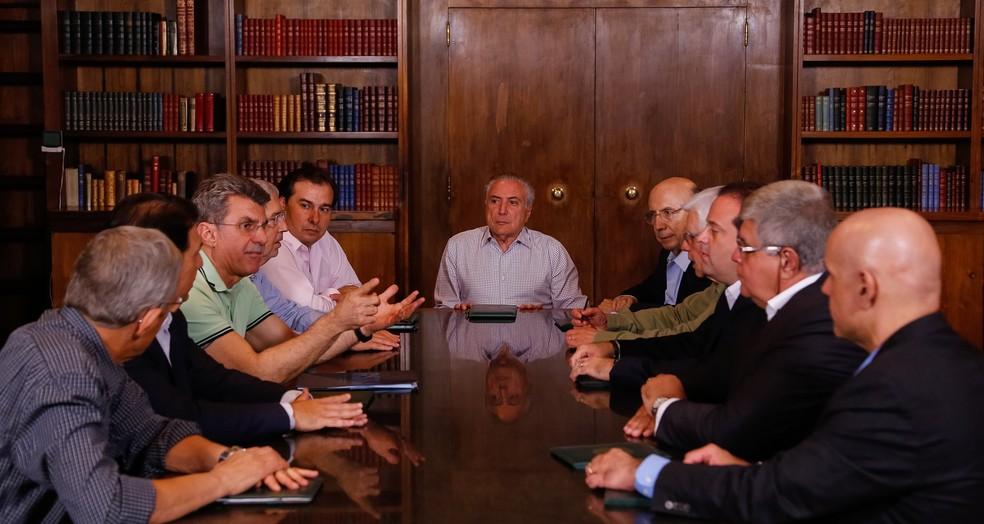 O presidente Michel Temer (centro), durante reunião com ministros, senadores e deputados neste domingo (16) (Foto: Marcos Corrêa/PR)
