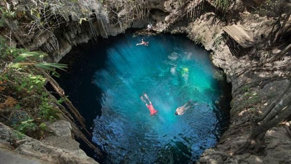 Famosos cenotes (cavidades) mexicanos se formaram a partir de calcário enfraquecido sobre Cratera de Chicxulub (Foto: Max Alexander)