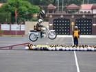 Soldado salta de moto sobre 21 colegas em evento na Índia