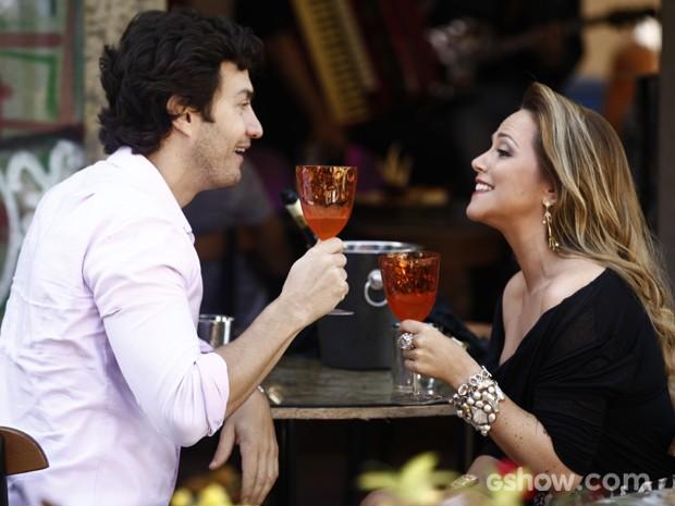 Shirley e Laerte brindam juntos e felizes. Mas a quê? (Foto: Inácio Moraes/TV Globo)