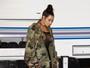 Kim Kardashian usa vestido polêmico e deixa lingerie à mostra