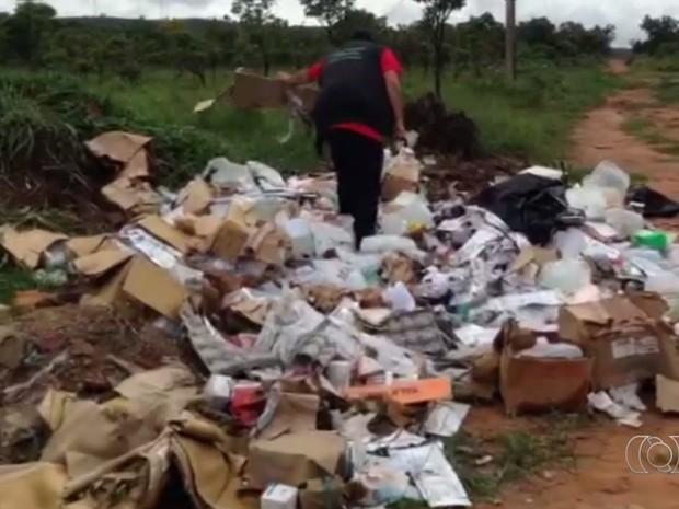 Remédios foram descartados de forma irregular em parque de Aparecida de Goiânia, Goiás (Foto: Reprodução/TV Anhanguera)