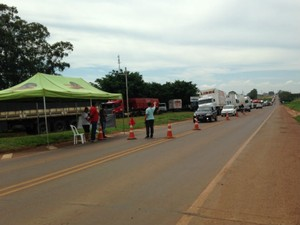 Bloqueio dos caminhoneiros na BR-163 em São Gabriel do Oeste MS (Foto: Tatiane Queiroz/ G1 MS)