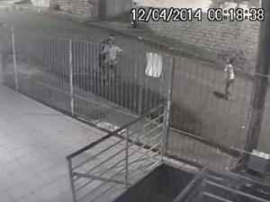 Imagens de câmeras de segurança registraram ação (Foto: Divulgação)