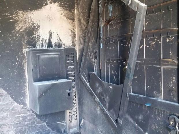 Grupo também ateou fogo a sala uma sala do Clube Atlético Piracicabano, onde haveria show do MC Kauan (Foto: Araripe Castilho/G1)
