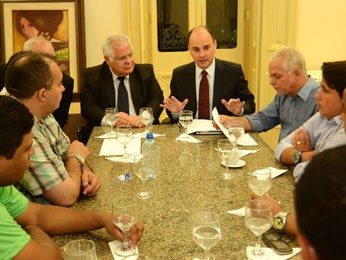 Comissão de policiais é recebida pelo secretário da Casa Civil, Luciano Vásquez.  (Foto: Raul Buarque / Governo de Pernambuco)