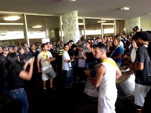 Servidores do MP em protesto por reajuste salarial na entrada do Congresso Nacional (Foto: Fernanda Calgaro/G1)