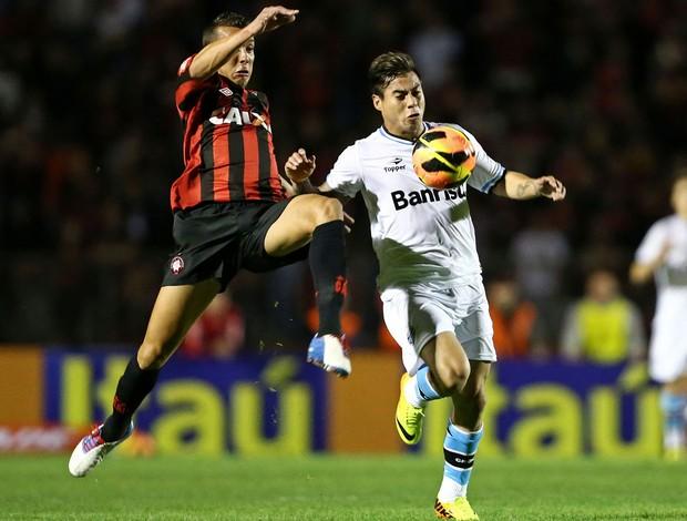 Pedro Botelho e Vargas Atlético-PR x Grêmio (Foto: Heuler Andrey / Ag. Estado)