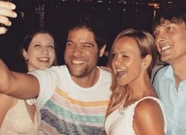 Eliana e Adriano passaram o Réveillon com amigos nos EUA (Foto: Reprodução)