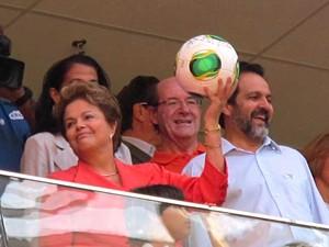 Presidente Dilma Rousseff levanta a bola da Copa do Mundo depois de autografá-la (Foto: Lucas Nanini/G1)