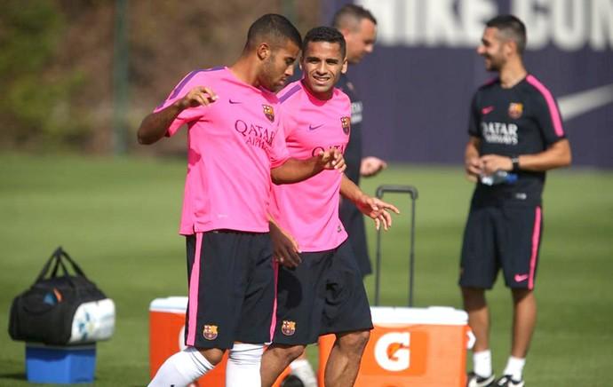 Douglas no treino do Barcelona (Foto: Reprodução / Twitter)