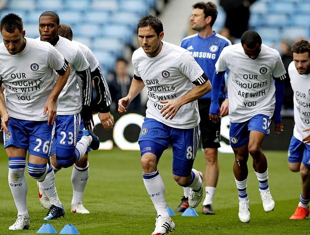 jogadores do Chelsea fazem homenagem para Stiliyan Petrov do Aston Villa (Foto: AFP)