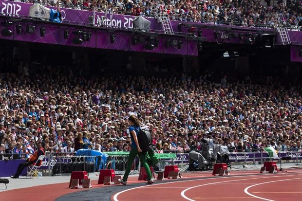 A saltadora Fabiana Murer deixa o estadio olimpico apos ser eliminada da classificacao do salto com vara feminino, em Londres (Foto: Mauricio Lima/ÉPOCA)