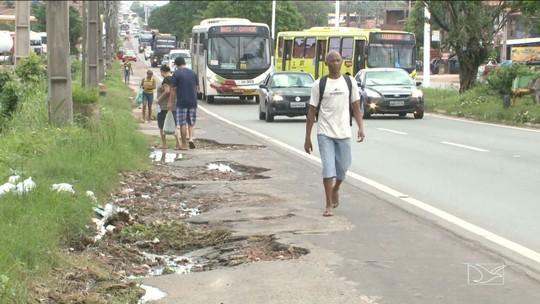 Pedestres reclamam de falta de espaço para transitar em avenida
